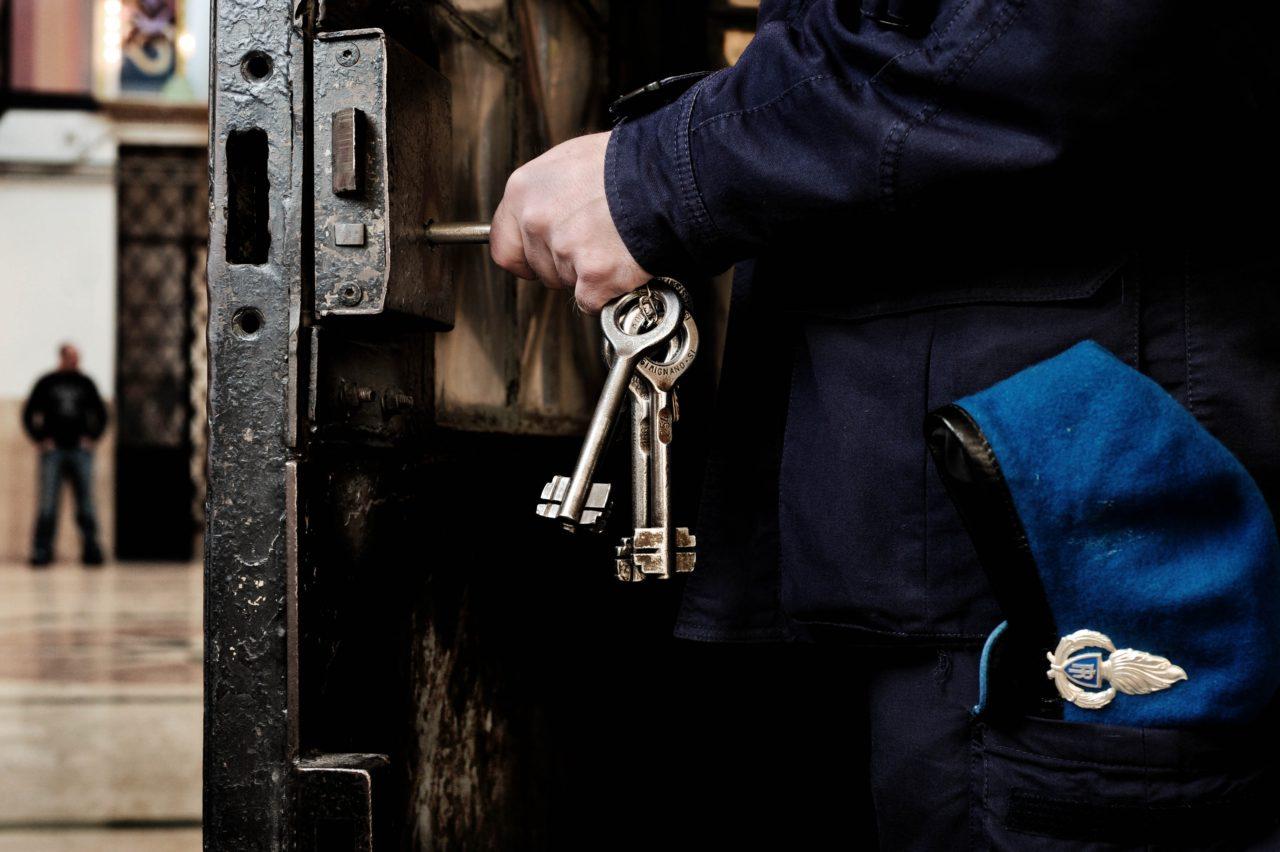 Castrogno, detenuto aggredisce ispettore e agente in carcere