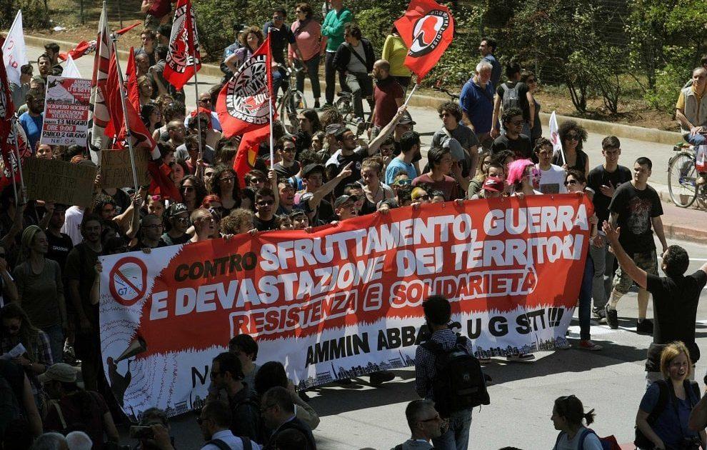G7, controlli e perquisizioni ai manifestanti che si dirigono verso Giardini Naxos