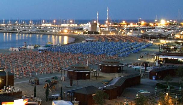 Rimini, agguato in spiaggia. Pestano il fidanzato e stuprano la ragazza