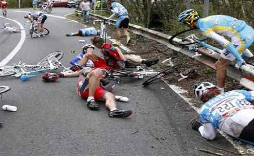 Ciclisti travolti da una Passat che non si ferma: uno è grave