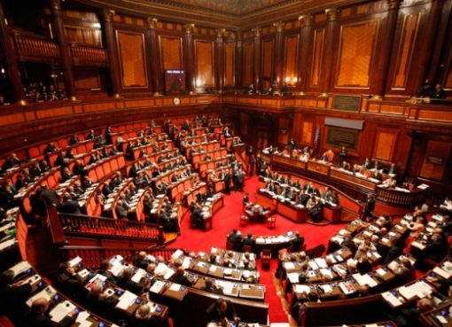 "< img src=""https://www.la-notizia.net/legislatura"" alt=""legislatura"""
