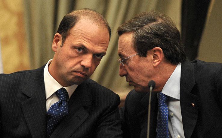 """< img src=""""https://www.la-notizia.net/fini"""" alt=""""fini"""""""