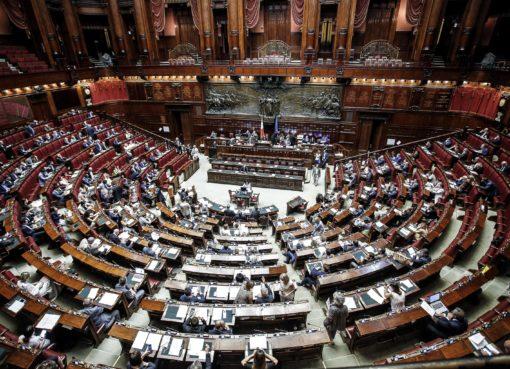 """< img src=""""https://www.la-notizia.net/parlamentari"""" alt=""""parlamentari"""""""