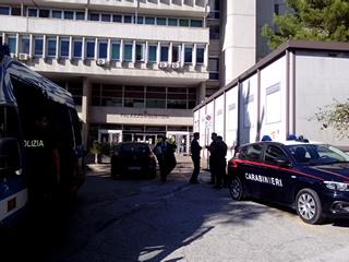 "< img src=""https://www.la-notizia.net/sentenza"" alt=""sentenza"""