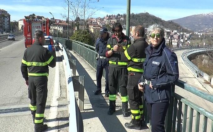 "< img src=""https://www.la-notizia.net/ponte"" alt=""ponte"""