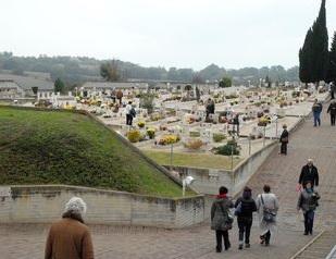 "< img src=""https://www.la-notizia.net/cimitero"" alt=""cimitero"""