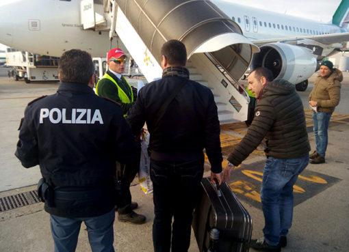 """< img src=""""https://www.la-notizia.net/albanese"""" alt=""""albanese"""""""