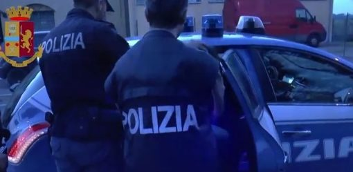 "< img src=""https://www.la-notizia.net/uomo"" alt=""uomo"""
