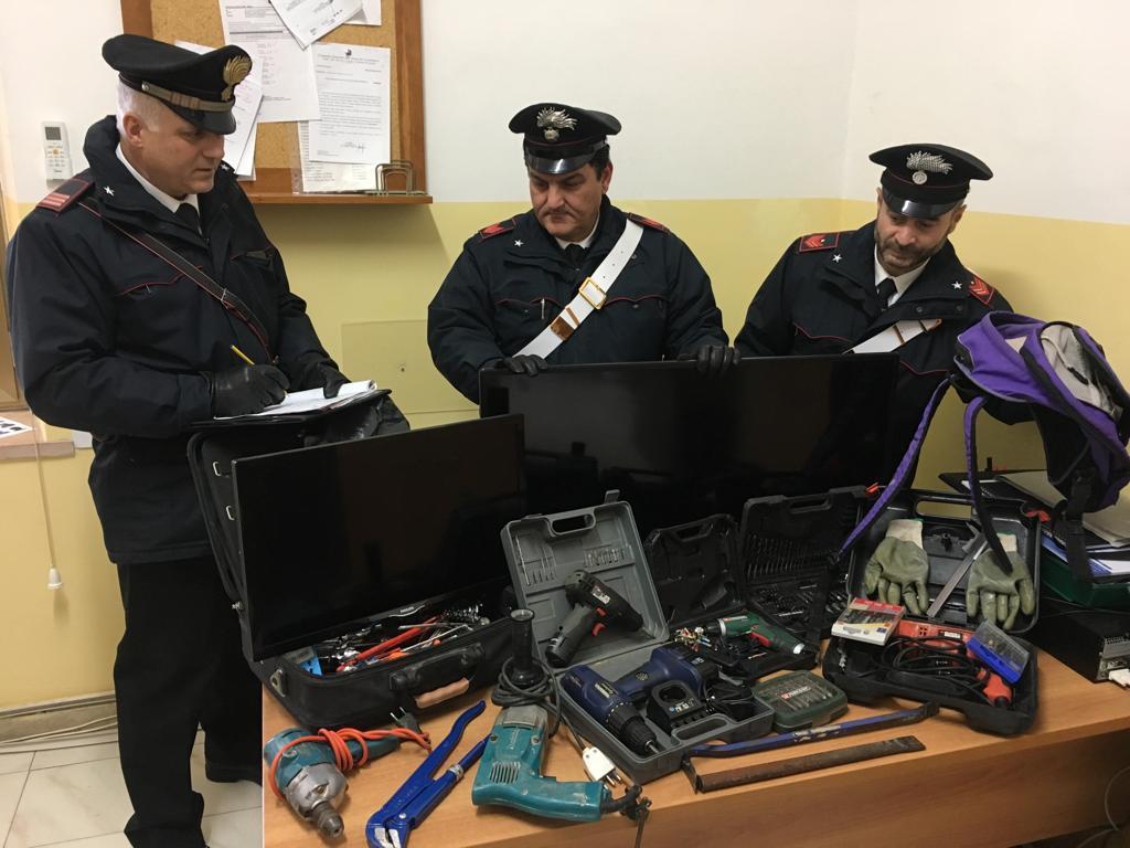 "< img src=""https://www.la-notizia.net/borgo"" alt=""borgo"""