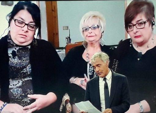 "< img src=""https://www.la-notizia.net/sorelle-napoli"" alt=""sorelle napoli"""