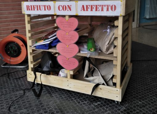 """< img src=""""https://www.la-notizia.net/rifiuto-con"""" alt=""""rifiuto con"""""""