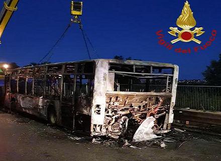bus a fuoco stamattina a roma